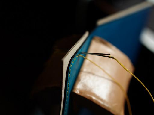伝統の手縫い技法を使った財布